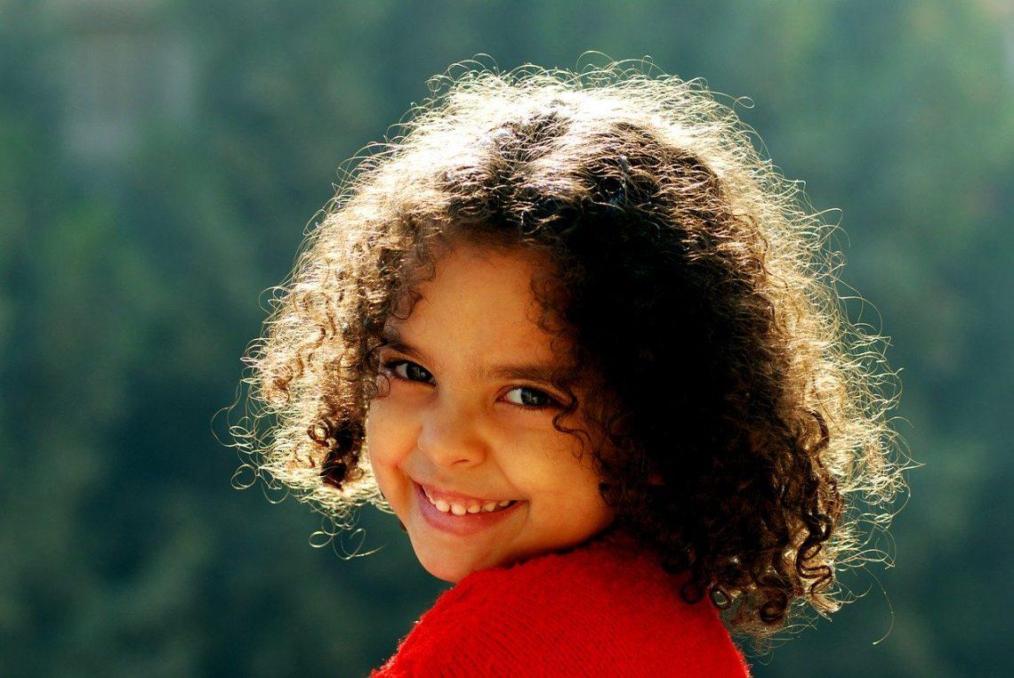 Optez pour la bonne crème capillaire pour les cheveux frisés, bouclés ou crépus de vos enfants